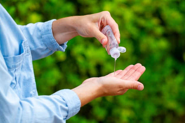 手の消毒のために公園で抗菌防腐剤ハンドジェルを適用する