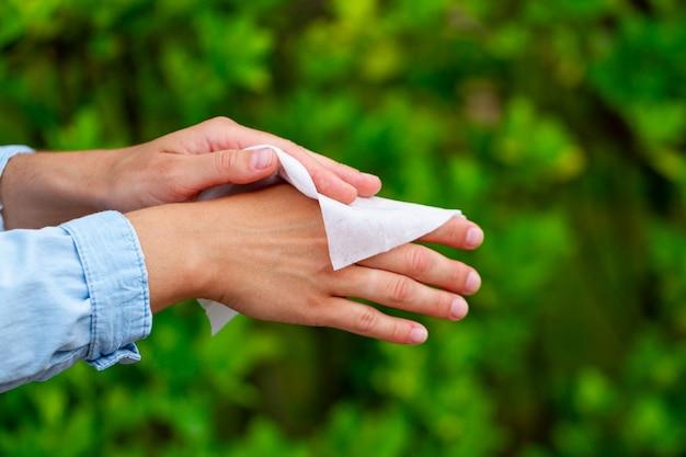 手の洗浄と消毒にウェットワイプを使用する