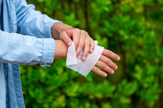 公園での消毒手用の抗菌ウェットワイプの使用