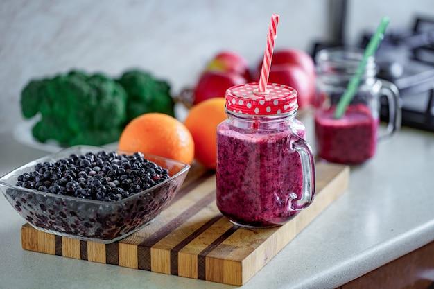 ベジタリアンの健康的なベリー飲料をダイエットに。きれいなオーガニック食品、食べて飲むブルーベリースムージー