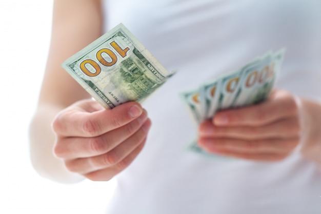 アメリカのドルを数える女性をクローズアップ