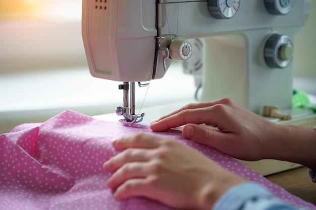 縫製プロセス。ミシンとアクセサリーを使って洋服を縫う