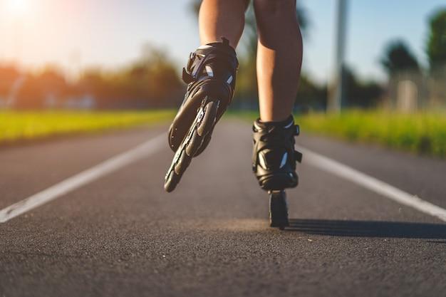 インラインスケート屋外でのローラースケート。アクティブなライフスタイル。ローラーブレード