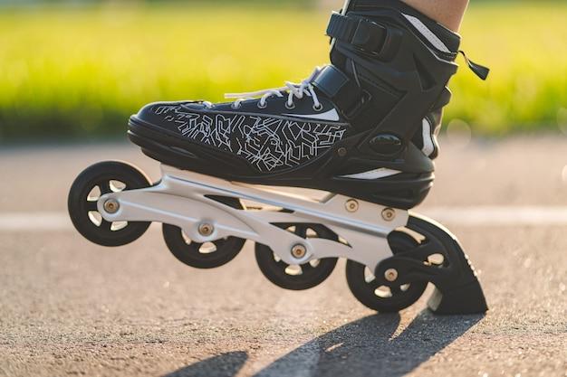 インラインスケートのクローズアップ中に黒のローラースケート。