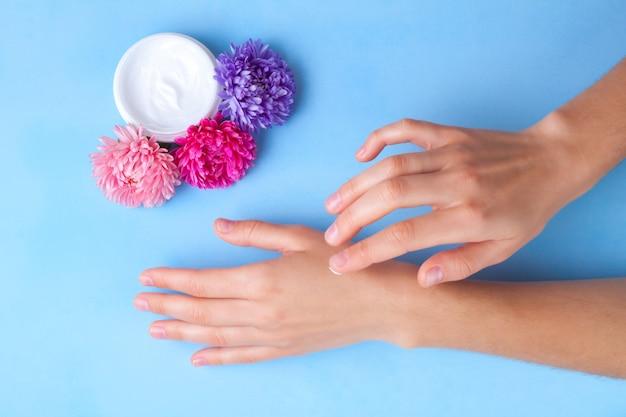 ハンドクリーム。スキンケアとハンドケア。手の肌の保湿と乾燥を防ぎます