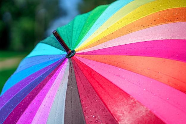 明るい色の虹傘のクローズアップ