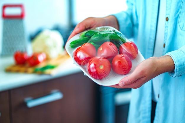 冷蔵庫での食品保存に食品フィルムを使用する