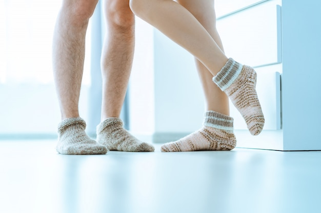 自宅で居心地の良い柔らかい快適なニット冬の靴下で家族のカップルを一緒に愛する
