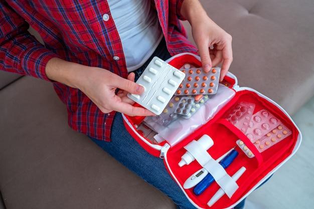 痛みと病気のための薬と薬が入った医療救急キット