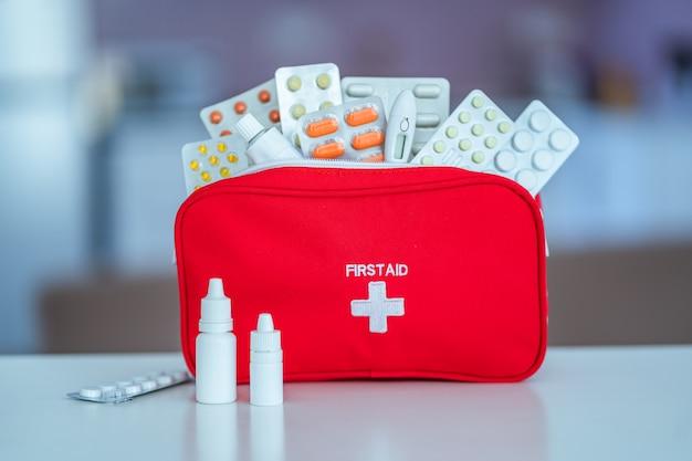 薬と薬を自宅のテーブルに医療救急キット
