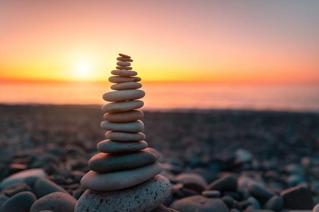 ビーチでの石造りのピラミッド