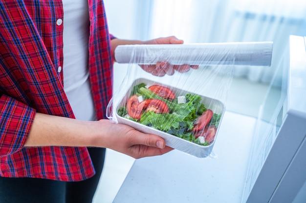 Использование пищевой полиэтиленовой пластиковой пленки для хранения продуктов в холодильнике