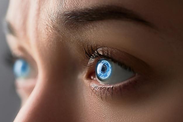 女性の目は、デジタルおよび生体認証インプラントを備えたスマートコンタクトレンズでクローズアップ