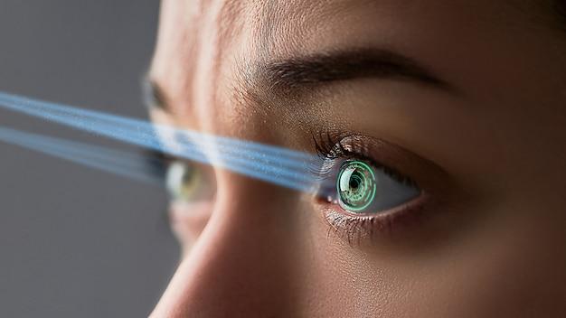 デジタルおよびバイオメトリックインプラントを備えたスマートコンタクトレンズを装着した女性の目