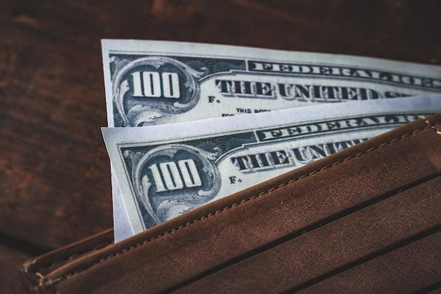 財布のお金をクローズアップ。お金の概念。給与コンセプト