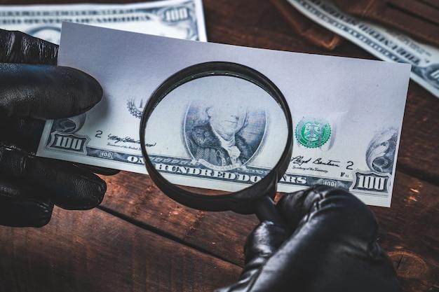 偽のお金。偽造者は紙幣を偽造します。偽のコンセプト。