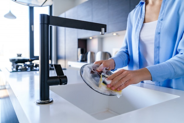 家事中の女性の食器洗浄