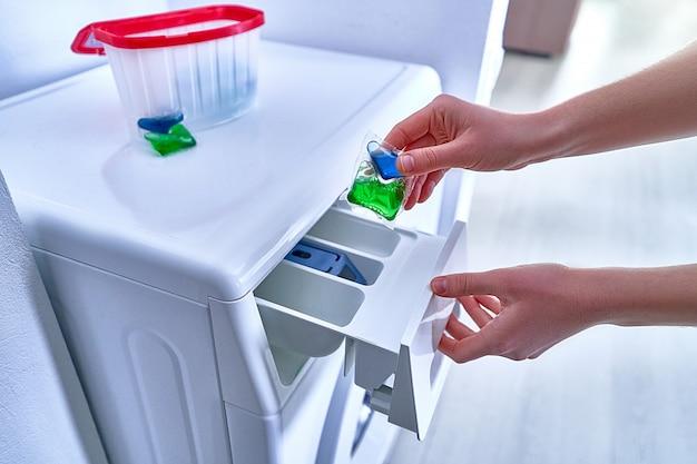 洗濯ジェルカプセルを使用して服を洗う