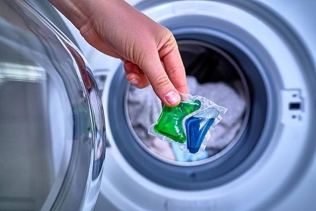 カラフルな服を洗うためのランドリーパウダーカプセルの使用