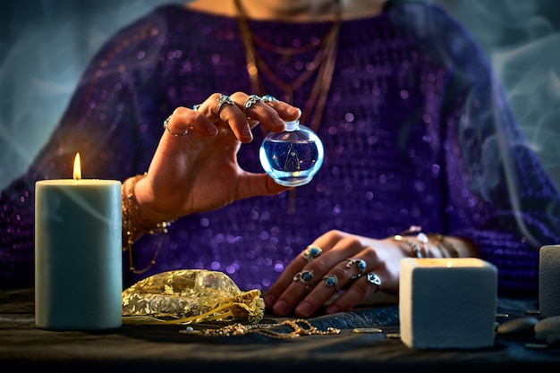 Женщина-колдунья, использующая бутылку с волшебным эликсиром для правописания, колдовства, гадания и гадания. волшебная иллюстрация и алхимия