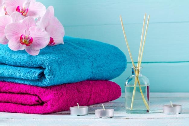 青、木製の背景の背景にタオル。衛生。シャワー。バスルーム。コピースペース