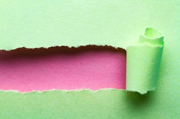 破れた紙。テキストまたはメッセージのための場所で破れた、ねじれた紙のストリップ