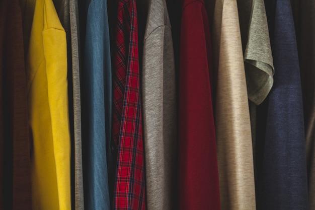 家のワードローブのクローゼットの中に別のカジュアルな服を着てハンガー