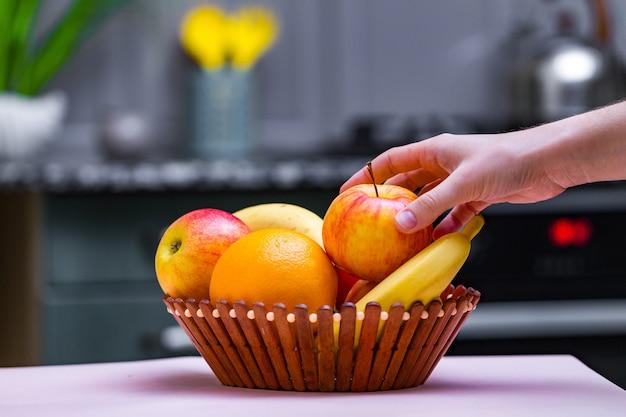 自宅のキッチンで木製のボウルに新鮮な果物