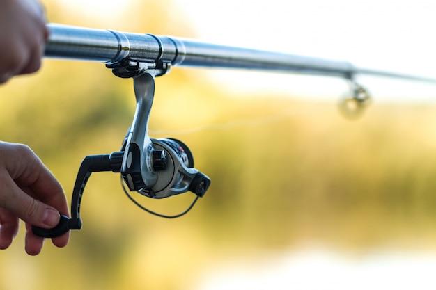 釣り竿のクローズアップ。湖での釣り。釣り道具