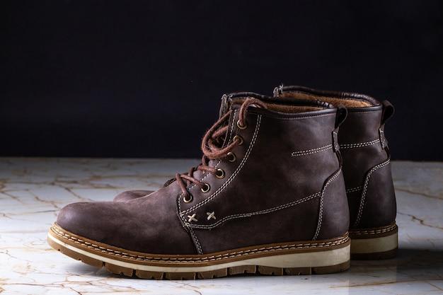 メンズカジュアルなブラウンスエードブーツ。長いウォーキングとアクティブなライフスタイルのための履物と靴