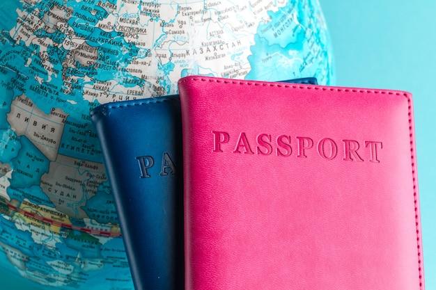 Паспорта и глобус на синем фоне. путешествия, отдых, отдых. отдых, туризм, путешественник.