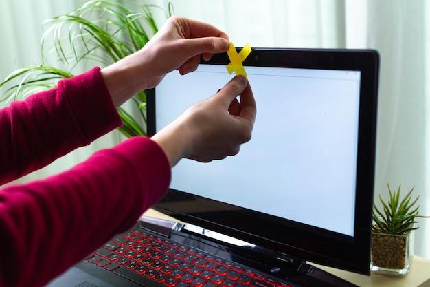 Защита от кражи личных данных, концепция мошенничества. кибербезопасность, кибер-мошенничество. хакерская атака, безопасность личных данных и информации. онлайн наблюдение с помощью веб-камеры. большой брат