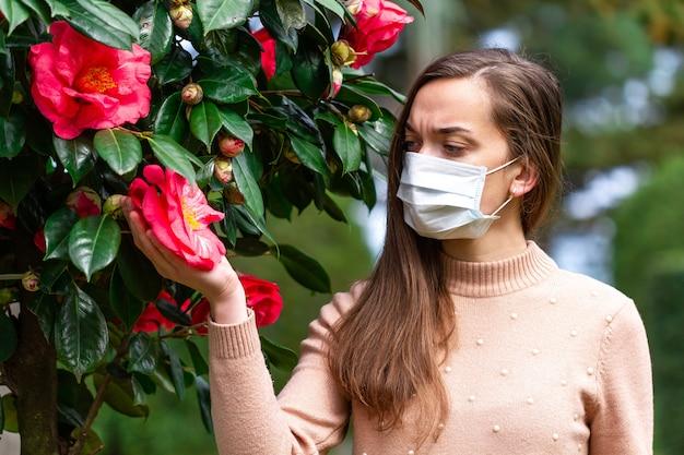 マスクのアレルギーの人はアレルギーに苦しんでいます。花粉および開花に対する季節性アレルギー反応。アレルギーの概念