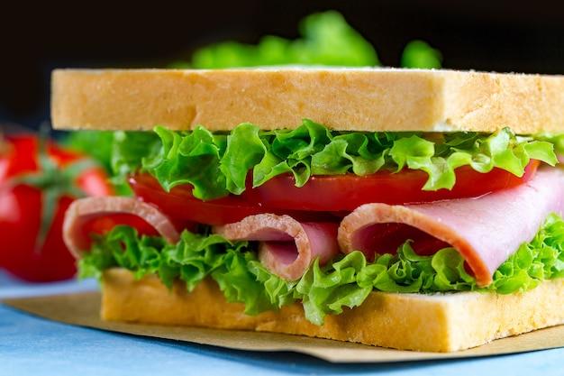ハムと新鮮な野菜の自家製サンドイッチをクローズアップ