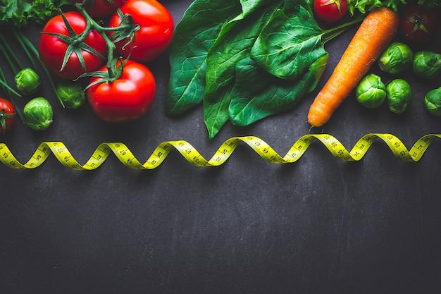 新鮮なサラダや健康的な料理を調理するための熟した野菜。無駄のないバランスのとれた食べ物。ダイエットのコンセプト。フィットネスの食事と減量。コピースペース