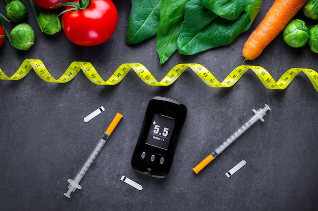 糖尿病のコンセプト。糖尿病患者の健康的なライフスタイルのためのバランスの取れた清潔な食品。血糖値の測定と監視。糖尿病の食事療法および減量