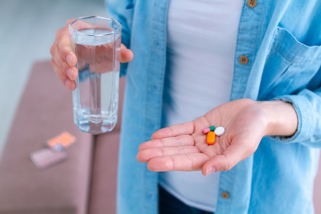 幸福と病気の治療のためのビタミンと錠剤。