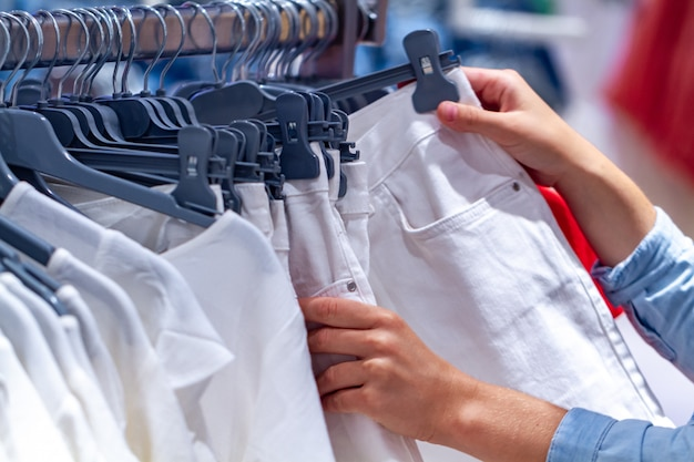Ткань на вешалках в торговом центре на вторичном рынке. покупка одежды и обновление гардероба.