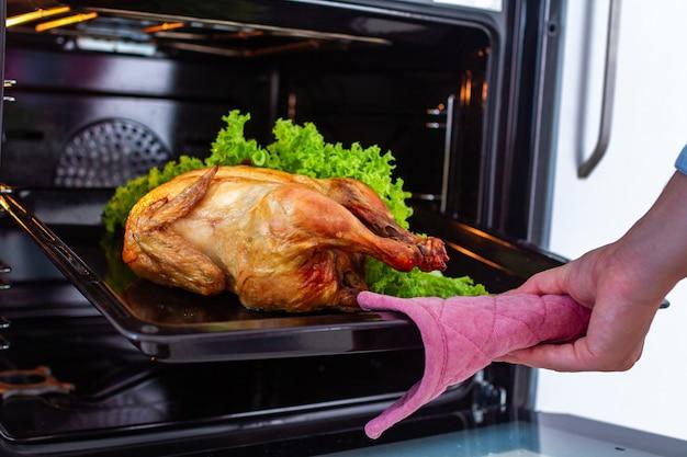 自宅で夕食にオーブンで野菜と鶏肉を調理します。休日に鴨を焼く