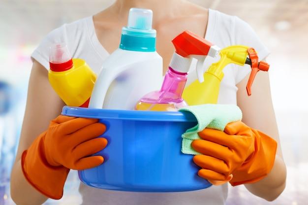 洗剤のパックを持つ女性