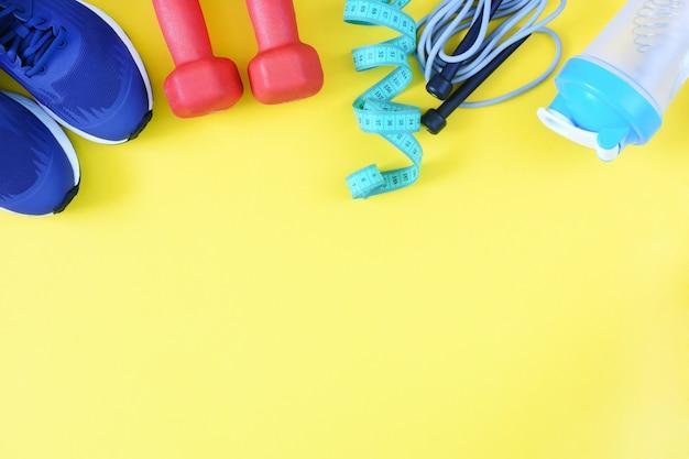 スニーカー、ボトル、黄色の縄跳び