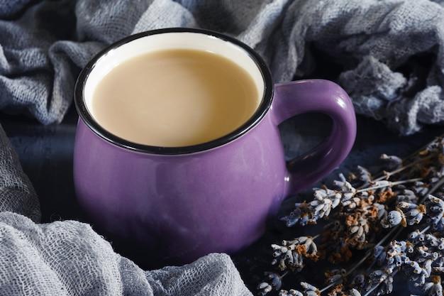 コーヒーと小さな紫色のマグカップ。