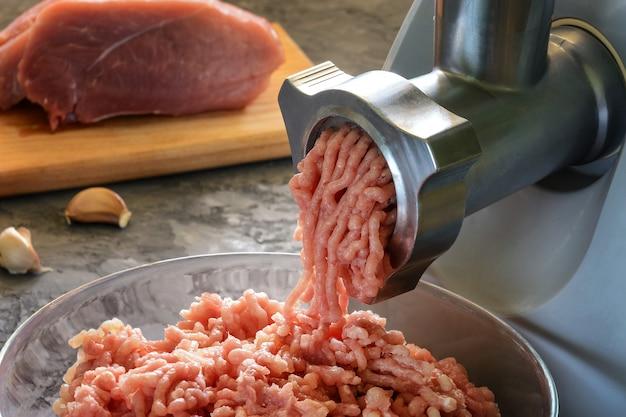 Процесс приготовления домашнего мяса, крупный план.