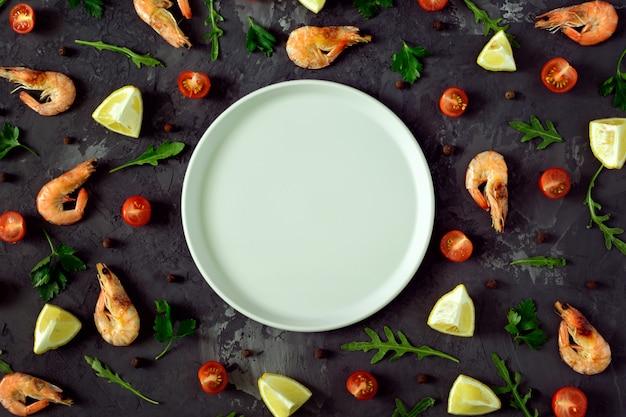 В центре темного текстурированного фона пустая серая тарелка