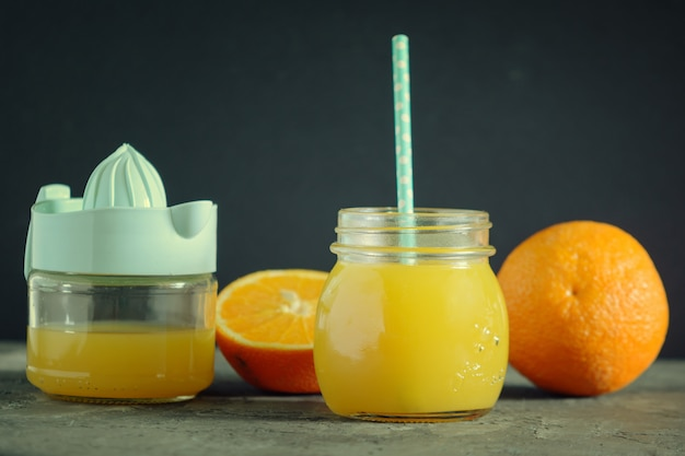 瓶に絞りたてのオレンジジュース。
