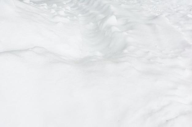 車の痕跡と雪。