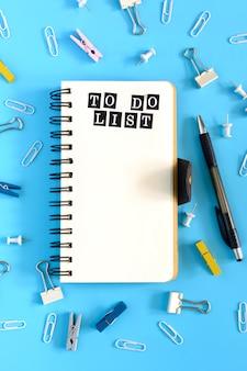 水色でノートブックを開きます。リストを行うには。