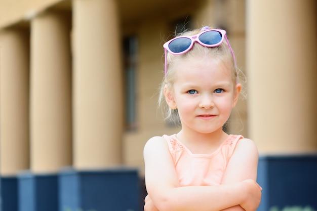 ブロンドの髪を持つ少女の肖像画。