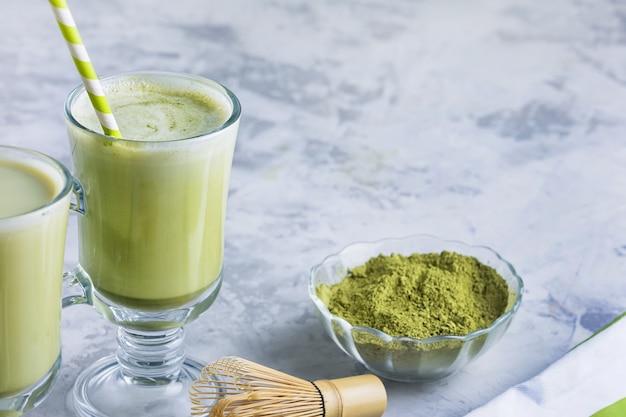 健康的な食事のラテ。抹茶緑茶ドリンクを飲みながらガラスをクローズアップ。テキスト用のスペース。