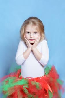 Маленькая девочка балерина в красочной пачке портрет